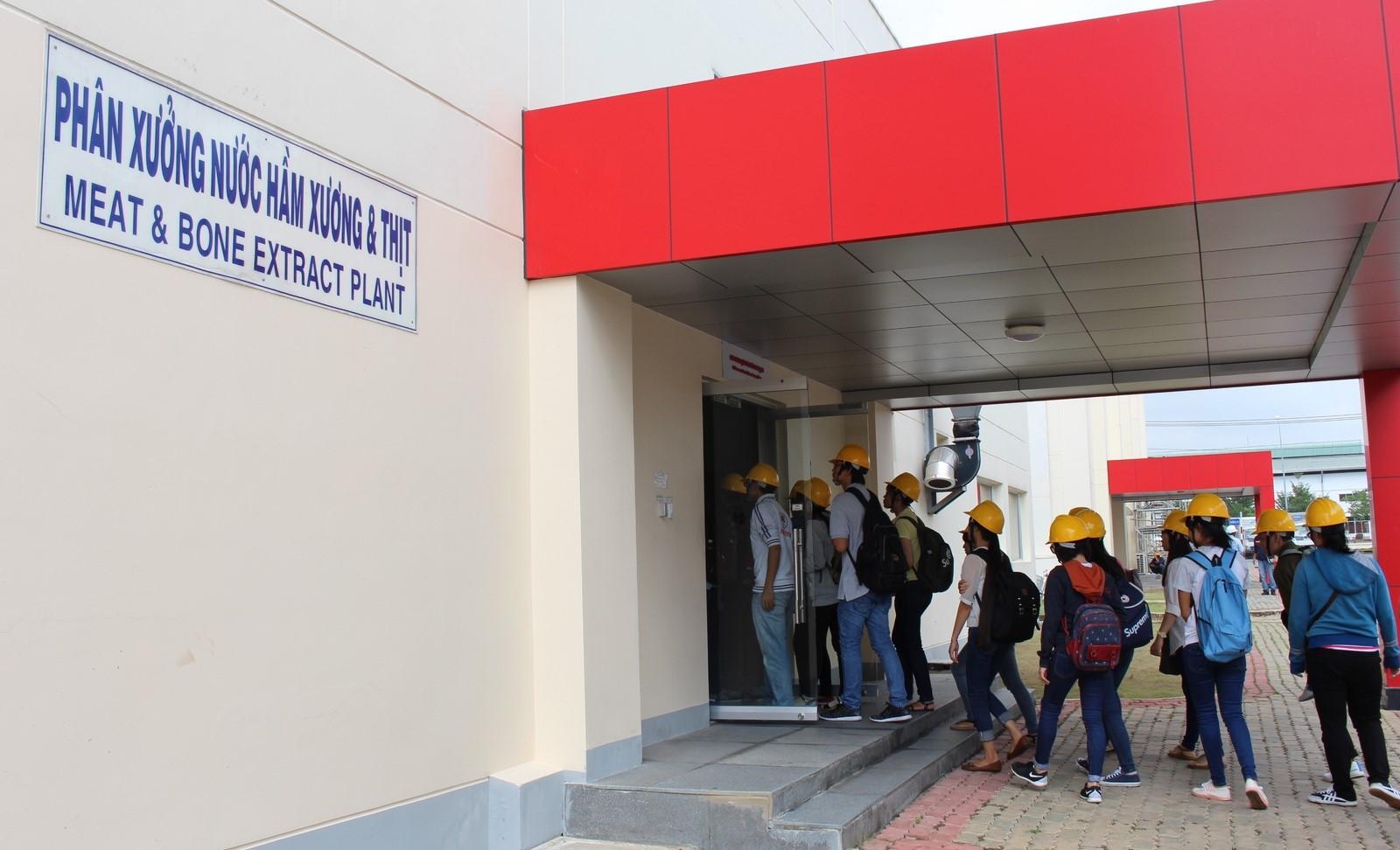 Sinh viên được đưa đi tham quan phân xưởng nước hầm xương thịt