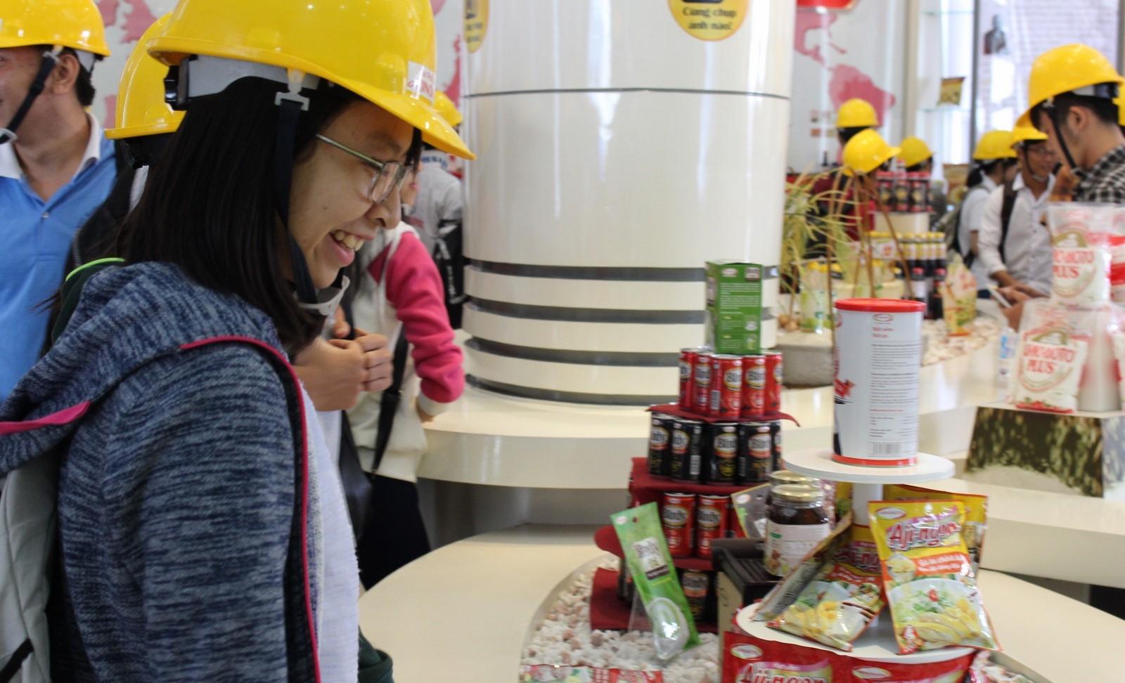 Sinh viên thích thú với giàn trưng bày các sản phẩm của công ty